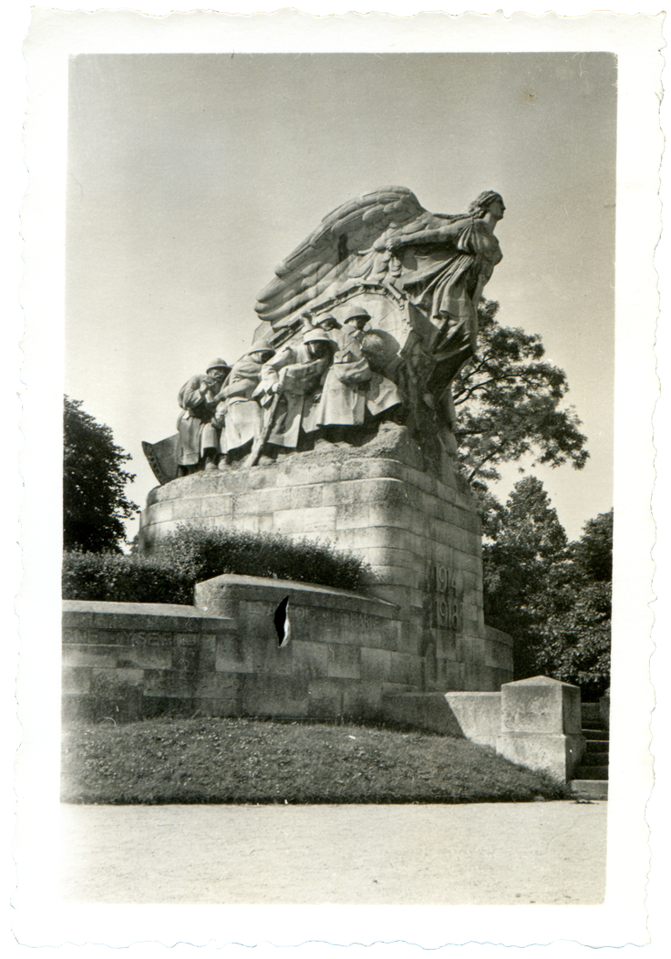 Anonyme, Monument de la Victoire à Cambrai, Georges Armand Vérez (sculpteur), Albert Eugène Le Monnier et Charles Halley (architectes), 1940, tirage photographique, 6 x 8,5 cm, collection Loïc Beck
