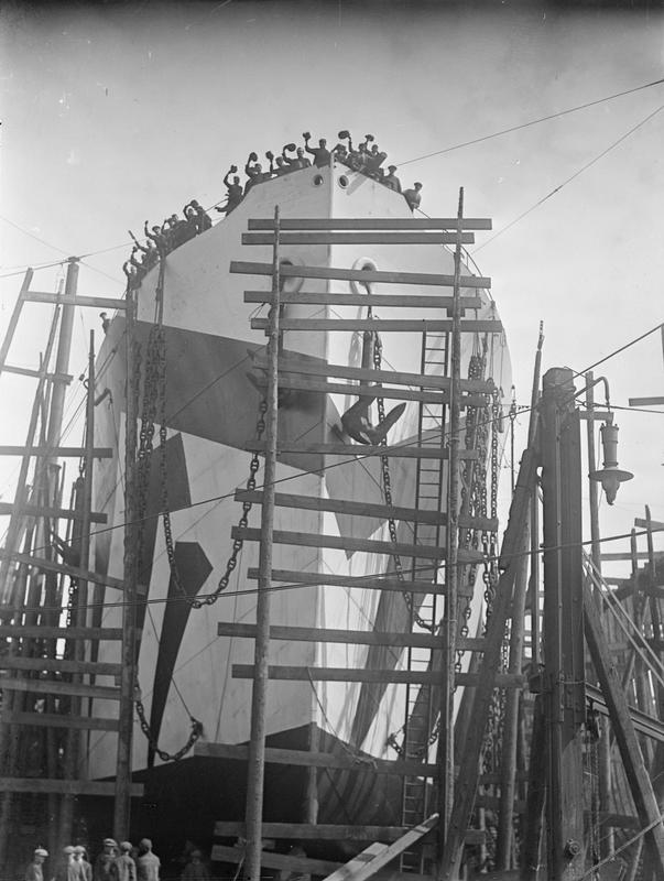 Anonyme, Vue d'un navire à quai, port de Sunderland, photographie, Imperial War Museum, Londres — © IWM (Q 20120)